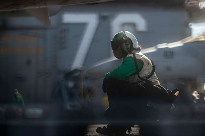 美軍雷根號航空母艦(CVN-76)甲板上指揮飛機起降的地勤人員。(雷根號臉書)