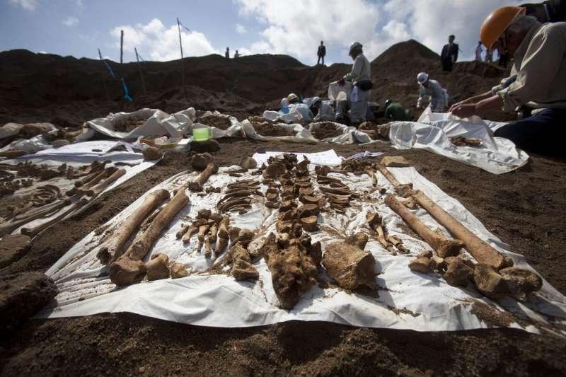2010年資料照,死於硫磺島戰役的日本士兵遺骸。(AP)