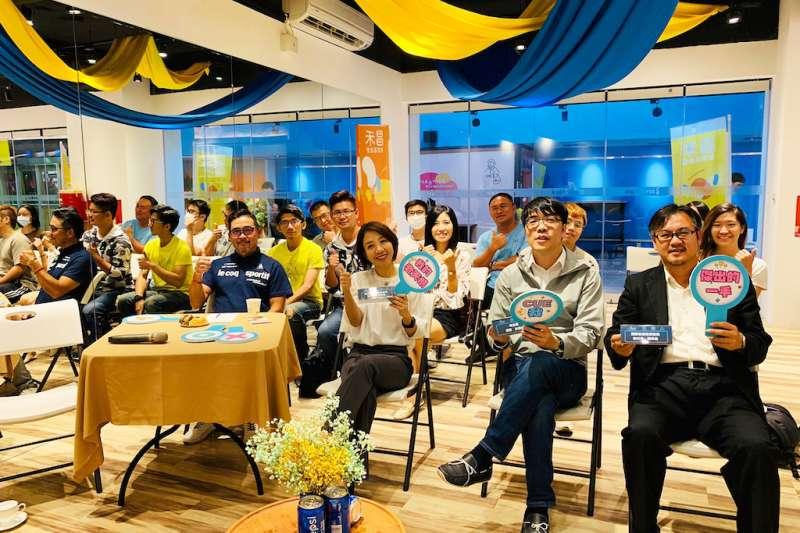 昌禾教育基金會擘劃「π邀請」講座,邀請味全龍領隊吳德威(右二)演講「職業運動與城市行銷」。(圖/昌禾基金會提供)