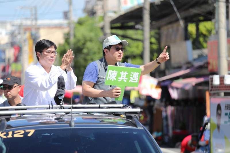 民進黨高雄市長候選人陳其邁,今在民眾熱情歡迎下掃街拜票。(圖/陳其邁競選總部提供)