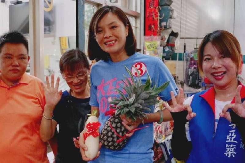 李眉蓁在阿蓮第一公有市場掃街拜票獲攤商致贈鳳梨與蘿蔔,象徵競選氣勢旺旺來有個好彩頭。(圖/李眉蓁競選總部提供)