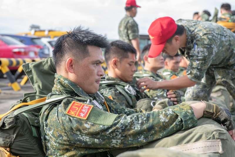 特戰指揮部所屬特戰第五營日前執行「空降突擊操演」,假想敵的特戰部隊意外曝光。(取自中華民國陸軍臉書)