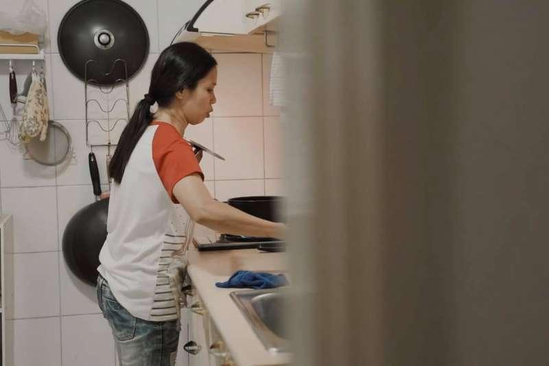 「雇主的姐姐用熱水潑到她,說是她不小心跌倒、往自己身上潑──我想,到底誰會跌倒往自己身上潑?」「明明工人是最慘的,卻被狂咬著不放……」各種案件還是會讓她們嘆氣:身為一個「人」,應該被這樣對待嗎?(取自「移工在台灣」臉書)