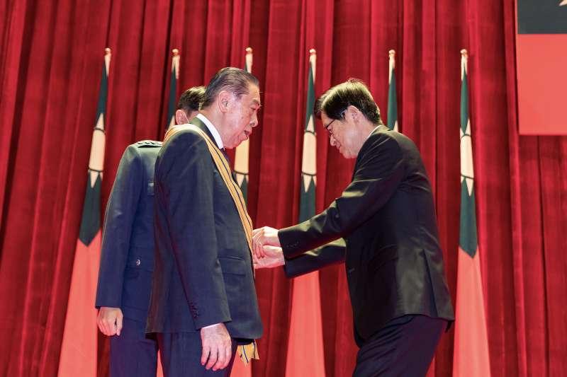 軍人之友社理事長李棟樑14日獲頒「三等雲麾勳章」。(軍聞社提供)