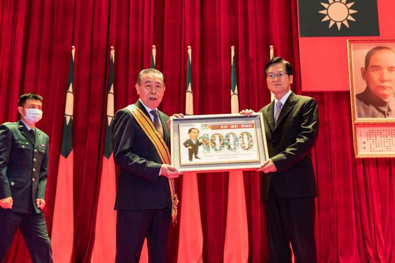 國防部長嚴德發(右)14日特別頒贈「三等雲麾勳章」給軍人之友社理事長李棟樑(左),表彰其積極推展敬軍活動。(軍聞社提供)