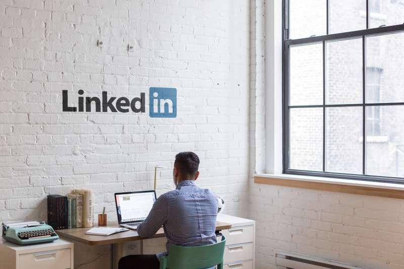 想要找到外商工作,Linkedin是唯一可以直接聯繫招募人員的平台。(圖/取自Unsplash)