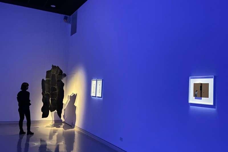 觀眾欣賞「給火星人類學家」國際當代藝術展作品。(圖/新北市文化局提供)
