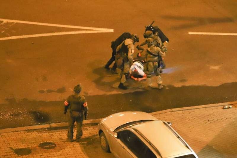 東歐國家白俄羅斯爆發連續數日激烈示威,執法人員被捕捉到圍毆抗議者。(AP)