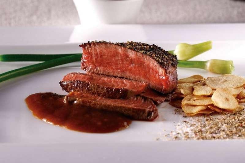 為了滋滋作響的食材與師傅華麗的手藝,高級鐵板燒料理就是花大錢也值得一嚐!(圖/網路溫度計)