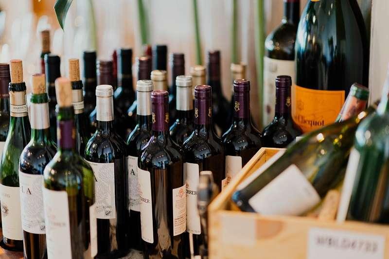 葡萄酒的世界博大精深,初學者可以從自己最有興趣的部分開始了解。 (圖/Photo by chuttersnap)