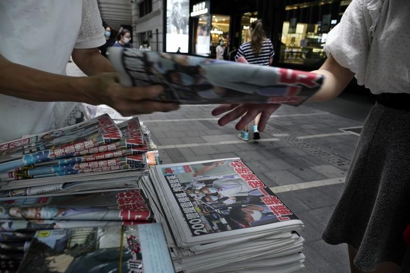 香港壹傳媒創辦人黎智英日前遭香港警方以涉違反《港版國安法》為由逮補,集團旗下的蘋果日報銷售更加搶手。(美聯社)