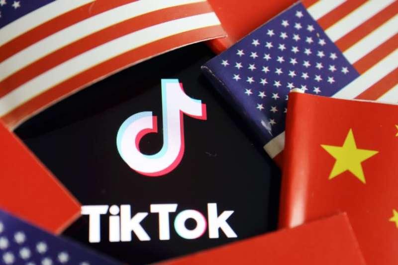 在中國和美國旗幟中的TikTok標識。(美國之音)