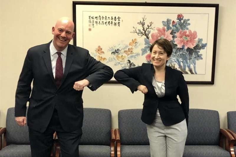 美國國務院政軍局助理國務卿古柏(左)13日公開與駐美代表蕭美琴(右)會面合照,並表示期盼雙方共同維繫區域和平穩定。(翻攝推特)