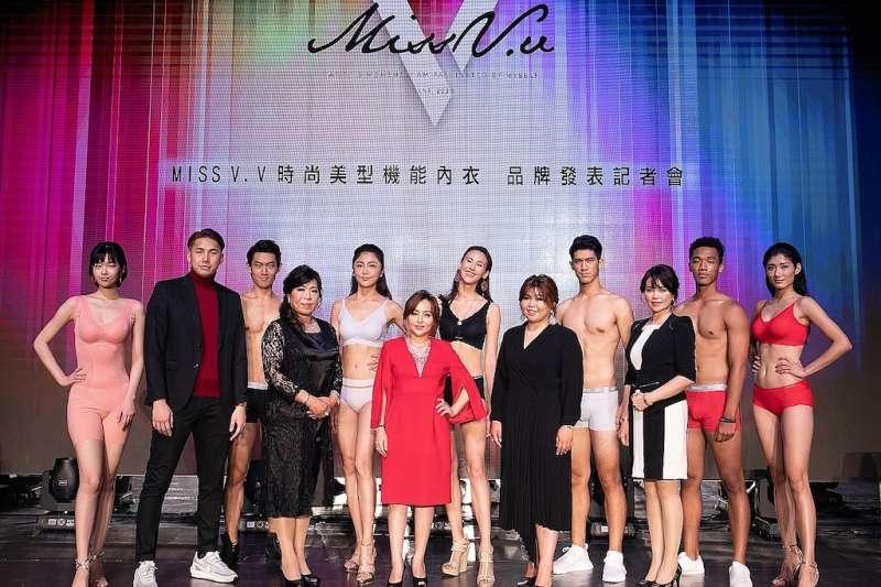 Miss V.V品牌創辦人董事長王黃盈盈(前中)領軍發表時尚美型機能內衣。(圖/Miss V.V提供)