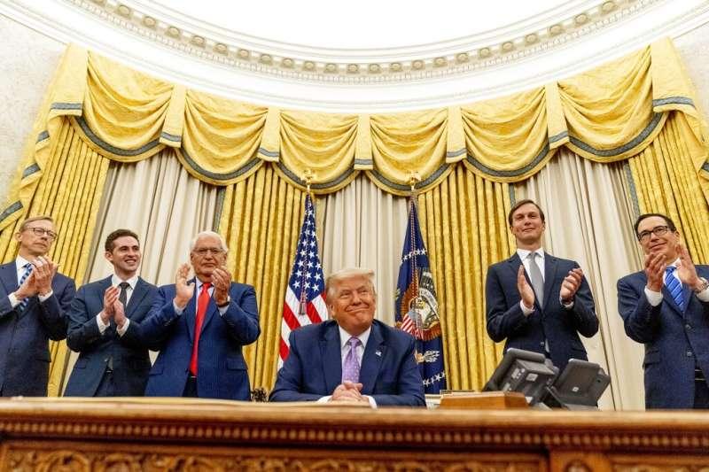 以色列與阿拉伯聯合大公國13日宣布,兩國在美國總統川普居間斡旋下,達成歷史性的《亞伯拉罕協議》,同意實現雙邊關係全面正常化。(AP)