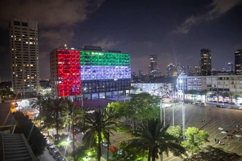 以色列與阿拉伯聯合大公國13日宣布達成歷史性的《亞伯拉罕協議》,同意實現雙邊關係全面正常化。圖為以色列特拉維夫市政廳亮起阿聯國旗。(AP)