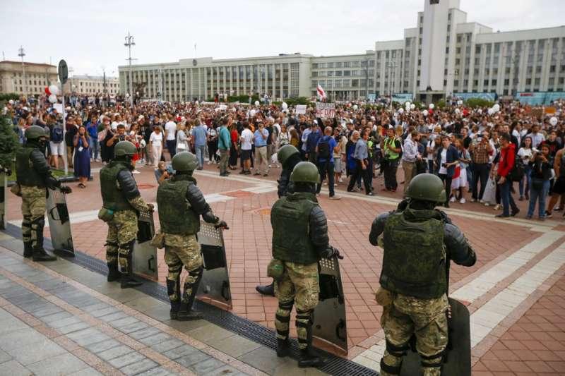8月14日,白俄羅斯大批民眾在首都明斯克市中心的政府大樓外示威(美聯社)