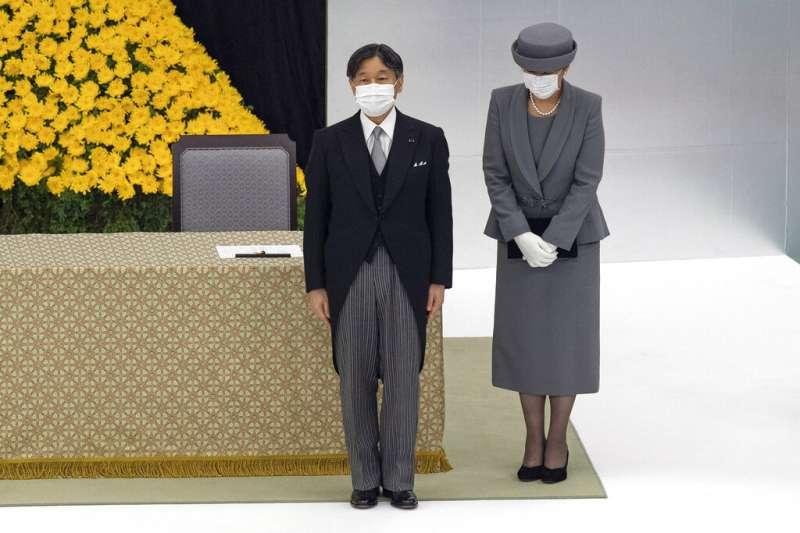 8月15日是第二次世界大戰結束75週年,日本政府在東京武道館舉行全國戰歿者追悼儀式。日本天皇德仁、皇后雅子皆戴口罩出席。(AP)