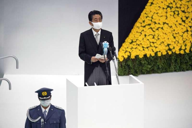 8月15日是第二次世界大戰結束75週年,日本政府在東京武道館舉行全國戰歿者追悼儀式。日本首相安倍晉三戴口罩出席。(AP)