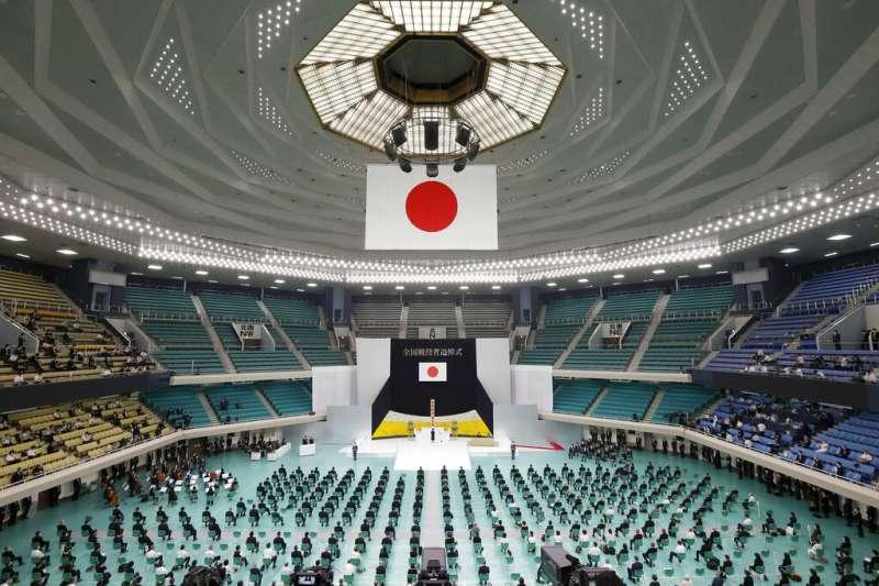 8月15日是第二次世界大戰結束75週年,日本政府在東京武道館舉行全國戰歿者追悼儀式,現場觀眾保持社交距離。(AP)