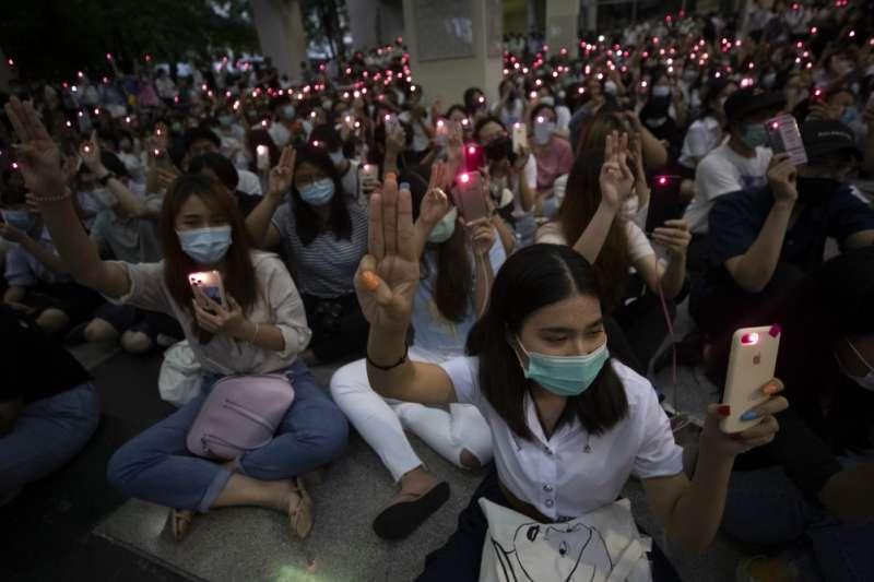 14日晚間,多達1千名學生聚集在朱拉隆功大學參與示威抗議行動(美聯社)
