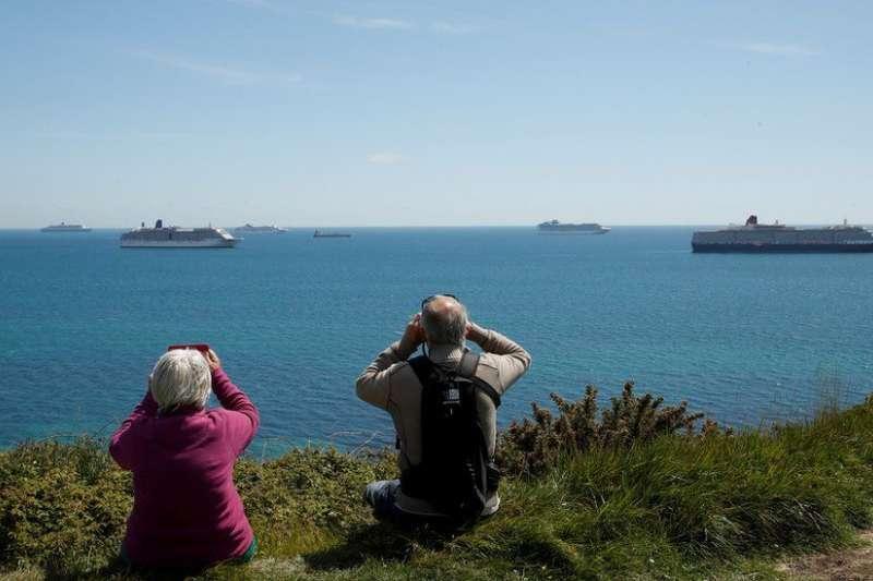 許多人特意到海邊觀看大型遊輪(BBC)