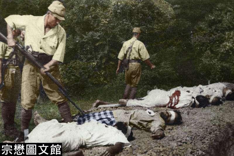 日軍在馬來半島槍決不順從的平民百姓,展示帝國威嚴,照片顯示槍決行動後,日軍用刺刀檢查被害者是否已死,若還活著,則再捅上一刀。(圖/徐宗懋圖文館)
