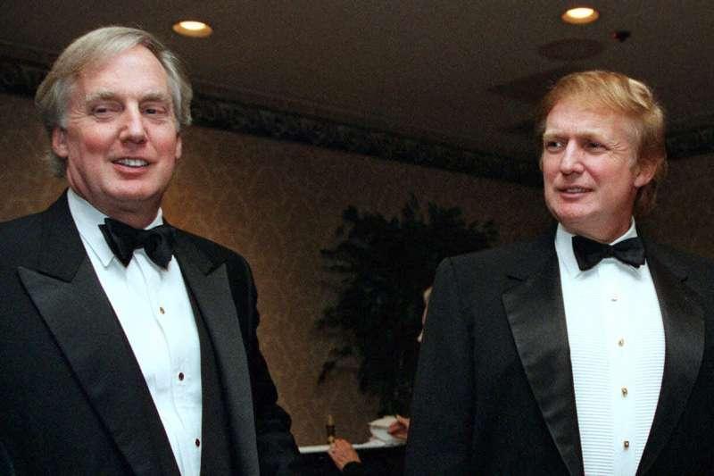 美國總統川普的弟弟羅伯特.川普(Robert Trump,左)與兄長合影,攝於1999年(AP)
