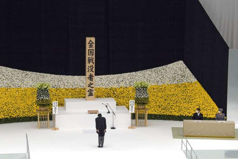 安倍晉三15日參加全國戰歿者追悼式,追到在二戰中陣亡的310萬日本軍民。(美聯社)