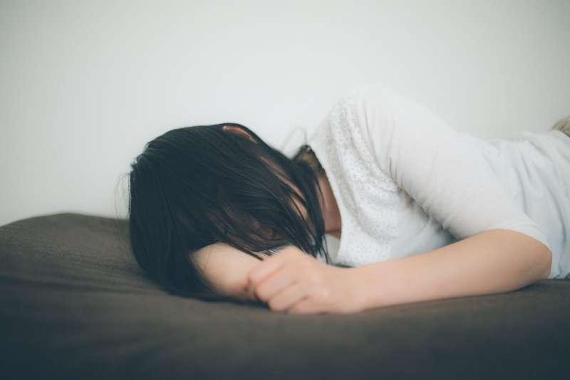 如果女兒在婆家自殺,娘家第一時間竟然不知情,夫家可能得要想想,自己憑什麼封鎖死訊。(示意圖非本人/すしぱく@pakutaso)