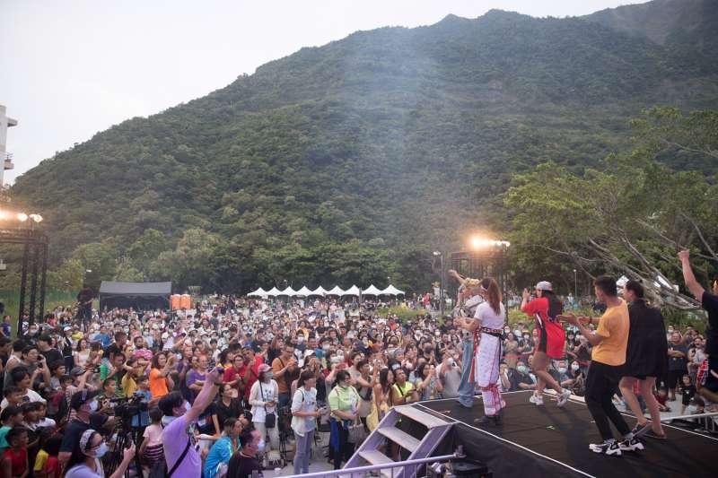 台泥在花蓮DAKA園區舉辦一場全原住民歌手演唱會,現場不少觀眾著傳統服飾熱情參與。(台泥提供)