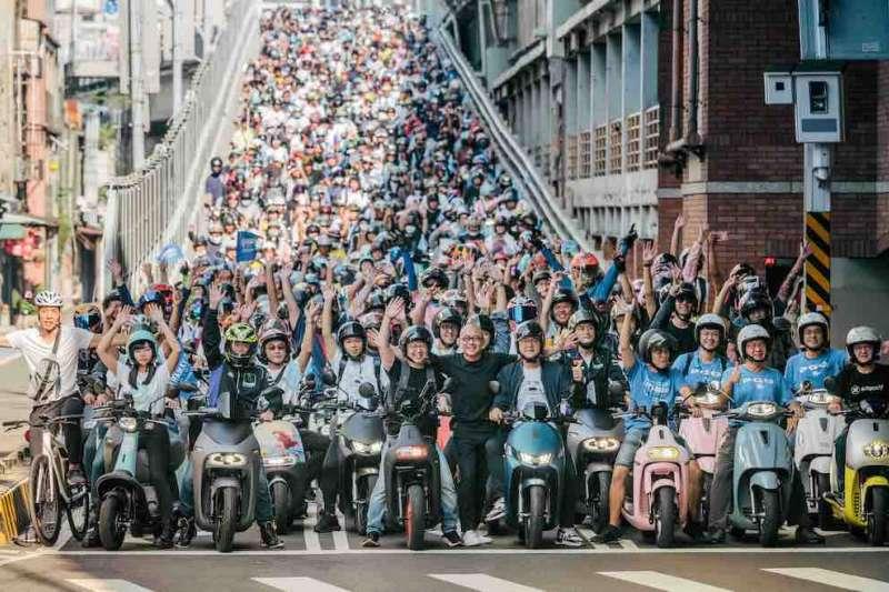 今年活動以「電車騎士節」為主題,將台北橋機車瀑布的景象化成一波又一波的電車街頭文化。(圖/業者提供)