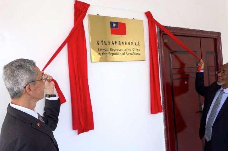 「台灣駐索馬利蘭代表處」日前正式揭牌。圖為我國駐索馬利蘭代表羅震華與索馬利蘭外長穆雅辛(H.E.Yasin Hagi Mohamoud)。(資料照,外交部提供)