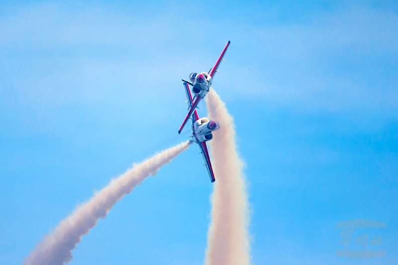 空軍「雷虎小組」特技飛行畫面曝光,圖為「雙機交叉轉彎」飛行科目。(取自軍聞社)