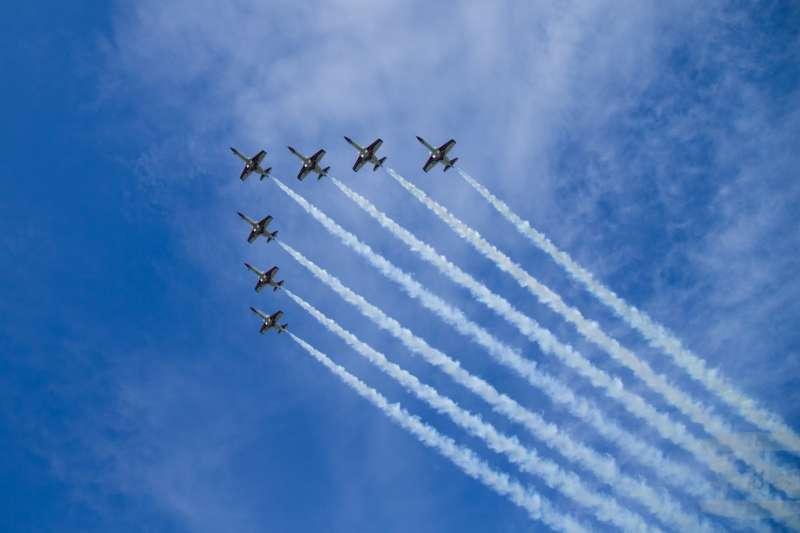 20200817-空軍「雷虎小組」特技飛行畫面曝光,圖為「大雁隊形」飛行科目。(取自軍聞社)