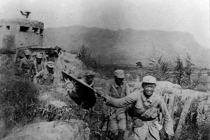 手持中華民國國旗,在娘子關上向日軍發起進攻的中共8路軍戰士。(許劍虹提供)