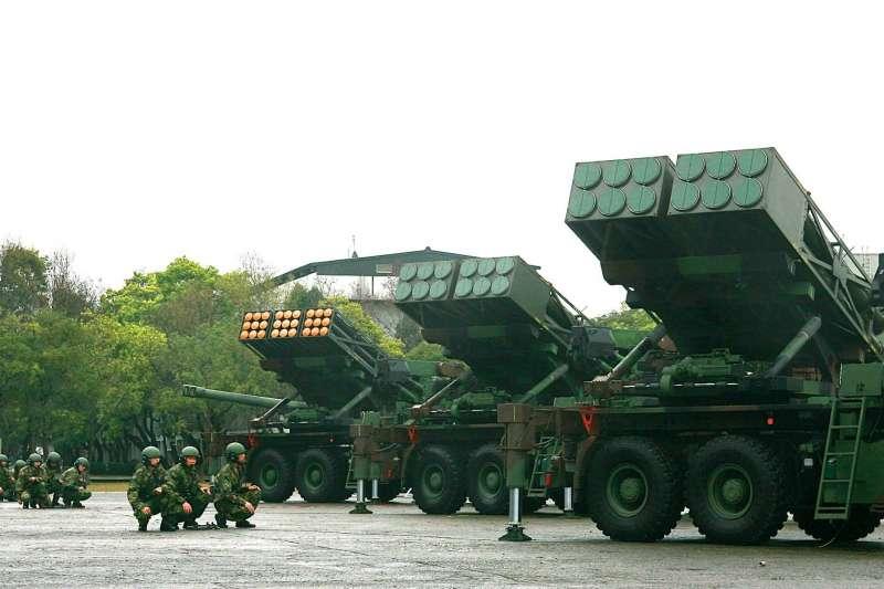 陸軍六軍團21砲指部火警意外燒出對美軍購最新進度。圖為官兵執行雷霆2000多管火箭戰備演練。(取自國防部發言人臉書)