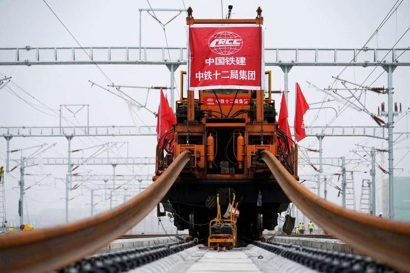 由中國鐵建負責的京雄城際鐵路8月17日完成最後一組長鋼軌鋪設。未來京雄鐵路開通後,北京到雄安只需1小時。(新華社)