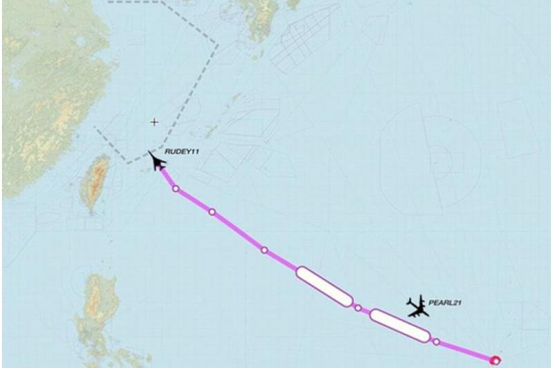 一架美軍B-1B戰略轟炸機16日徑直朝中國的「東海防空識別區」飛去。(翻攝推特)