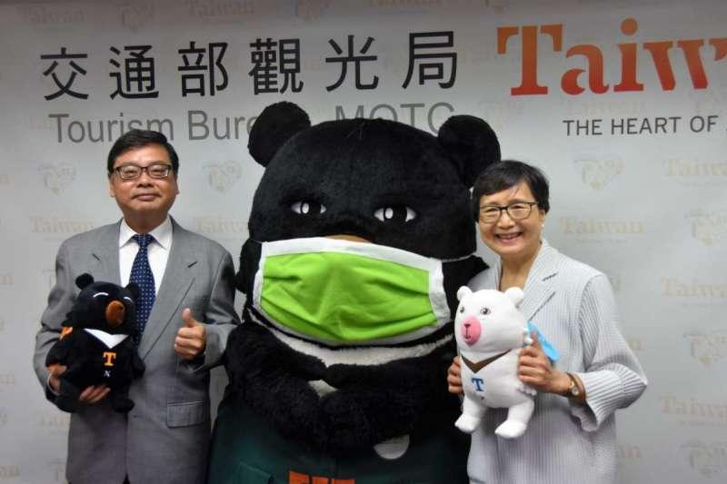 觀光局長張錫聰(左)與觀光協會會長葉菊蘭(右)與台灣觀光局吉祥物「熊讚」一起與日本香川縣知事濱田惠造線上會談。(觀光局提供)