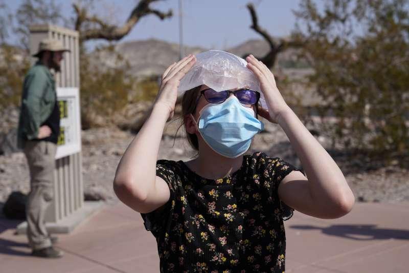 美國加州死亡谷飆54.4度高溫。(美聯社)