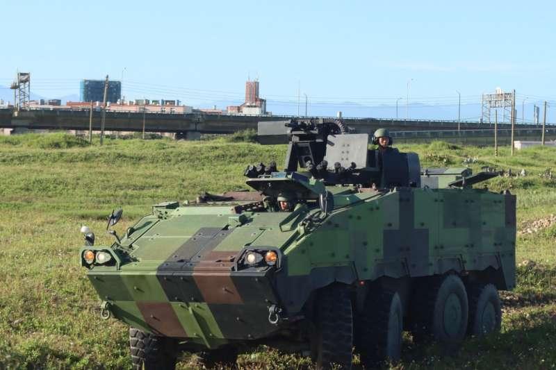 陸軍司令部臉書今(18)日針對「協力反擊作戰」科目發布圖文,圖為40公厘榴彈機槍為主武器的雲豹8輪甲車。(取自陸軍司令部)