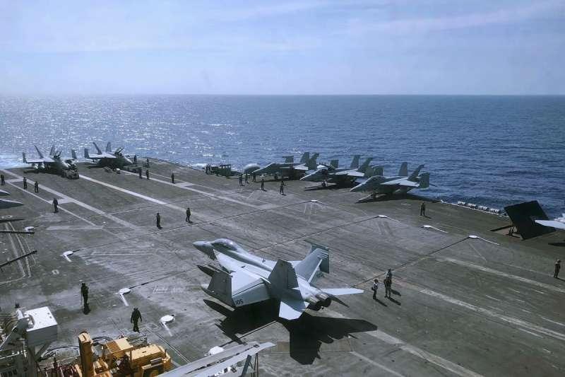 美國航母戰鬥群穿越台海的動作,給北京很大壓力。(美聯社)