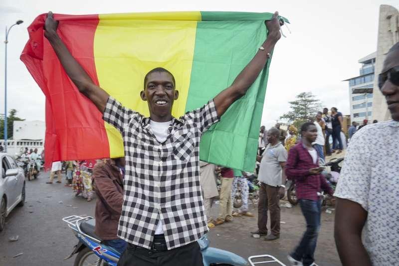 馬利政治動盪:示威群眾揮舞國旗(AP)