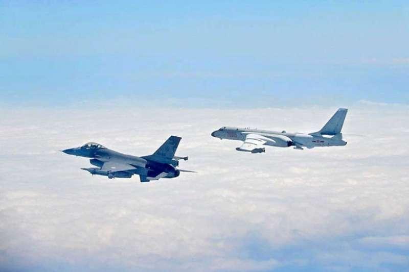 中國軍機繞台隨即被台灣戰機升空驅離。左為F-16,右為轟-6。(國防部提供)