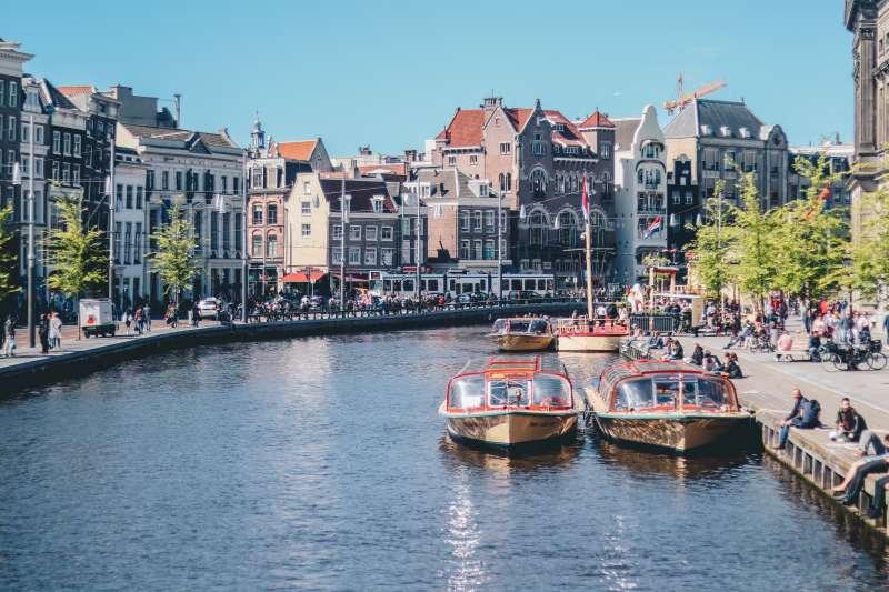荷蘭首都阿姆斯特丹以貫穿城市的錯縱水道聞名,卻面臨年久失修的安全問題。(Ethan Hu@Unsplash)