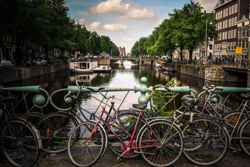 荷蘭首都阿姆斯特丹獨具一格的單車文化更是世界馳名,但滿坑滿谷的自行車佔滿人行道,威脅用路人安全。(Jace & Afsoon@Unsplash)