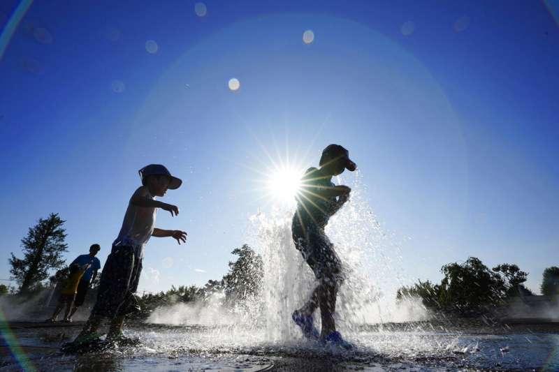 在日本群馬縣伊勢崎市一處公園裡嬉戲的孩童。(美聯社)
