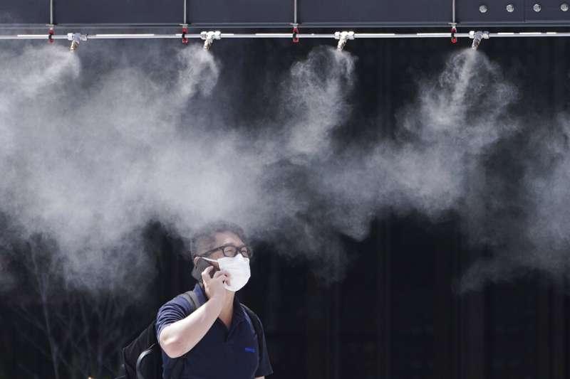 東京的商家雖然設有噴霧裝置,還是擋不住盛夏的酷暑。(美聯社)