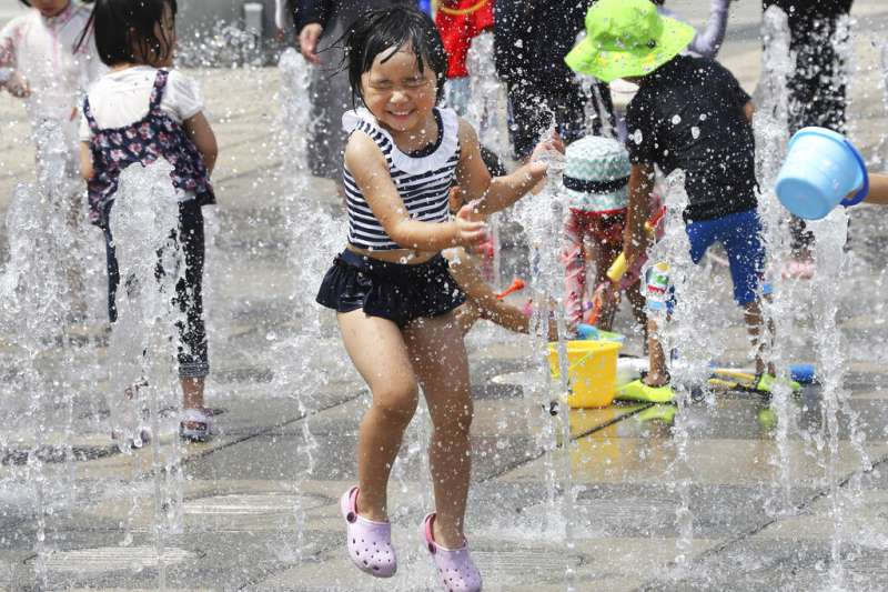 在公園玩水消暑的日本小朋友。(美聯社)